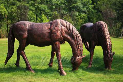 Factory supply life size bronze eating grass standing horse sculptures for sale