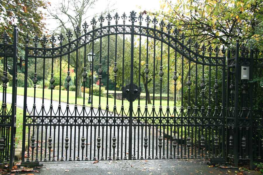 Inexpensive modern wrought iron garden driveway swing gates with solid frame design for sale–IOK-205