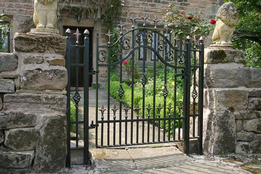 Simple and inexpensive metal single side entrance wrought iron gates with fence design for sale--IOK-203
