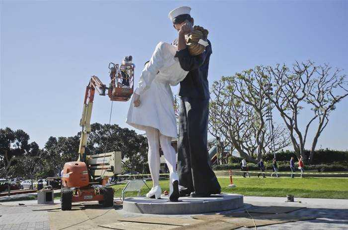 The Kiss of the Century sculpture