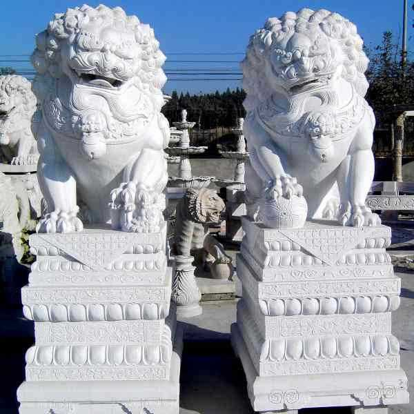 What the difference between the designs of stone lion statues
